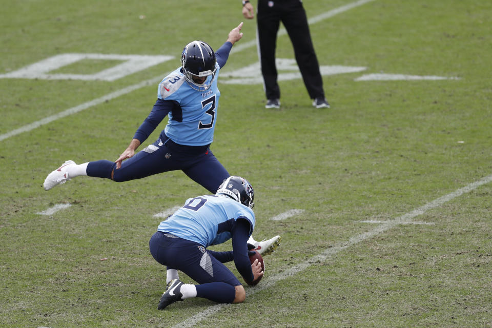 Tennessee Titans kicker Stephen Gostkowski (3) attempts a 45-yard field goal