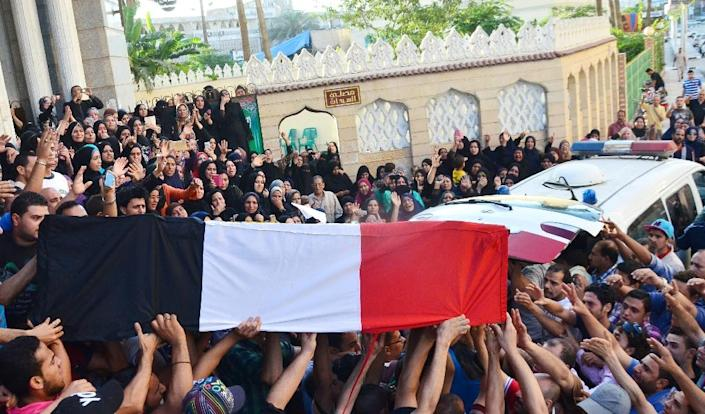 Egyptians carry the coffin of a soldier who was killed in clashes with Islamic State jihadists in Sinai, on July 2, 2015 (AFP Photo/)