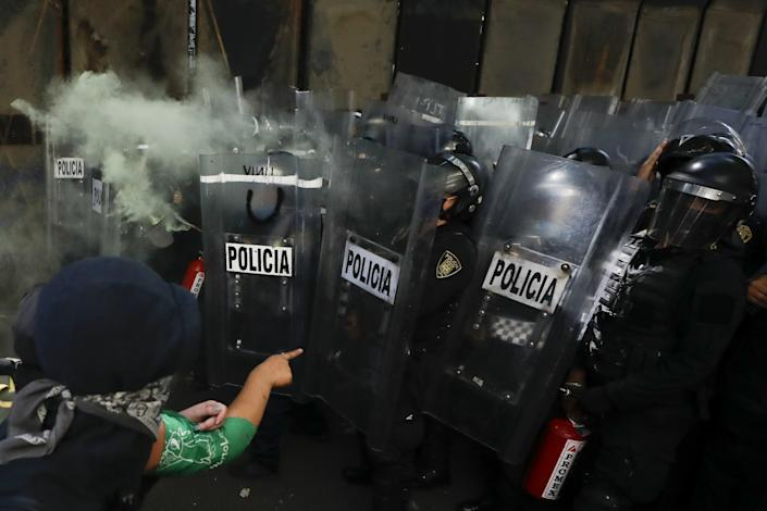 "Anarchist protesters face off against police in the Polanco neighborhood of Mexico City on Friday. <span class=""copyright"">(Rebecca Blackwell / Associated Press)</span>"