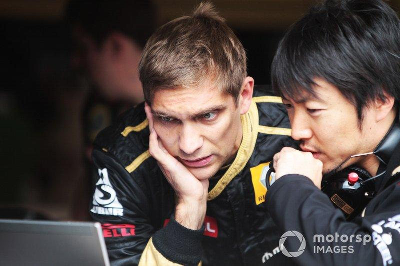 "Vitaly Petrov, Lotus Renault GP R31 con Ayao Komatsu Lotus Renault GP Race Engineer<span class=""copyright"">Sutton Motorsport Images</span>"