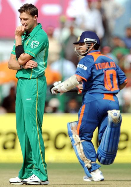 South African cricketer Dale Steyn (L) reacts as India's Sachin Tendulkar takes a run during the second One Day International (ODI) cricket match at the Captain Roop Singh Stadium in Gwalior on February 24, 2010. India are currently 44 runs for the loss of onewicket after seven overs after electing to bat first.   AFP PHOTO/ MANAN VATSYAYANA