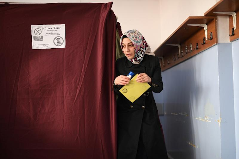 A woman walks to the ballot box to place her vote in the referendum on expanding the powers of the Turkish president on April 16, 2017 in Istanbul (AFP Photo/Bulent KILIC)