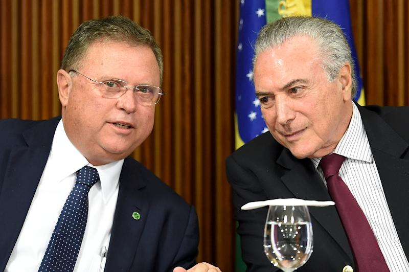 President Michel Temer (R) and his Agriculture Minister Blairo Maggi talk during a meeting with ambassadors from countries that import Brazilian meat, at Planalto Palace in Brasilia, on March 19, 2017 (AFP Photo/Evaristo Sa)