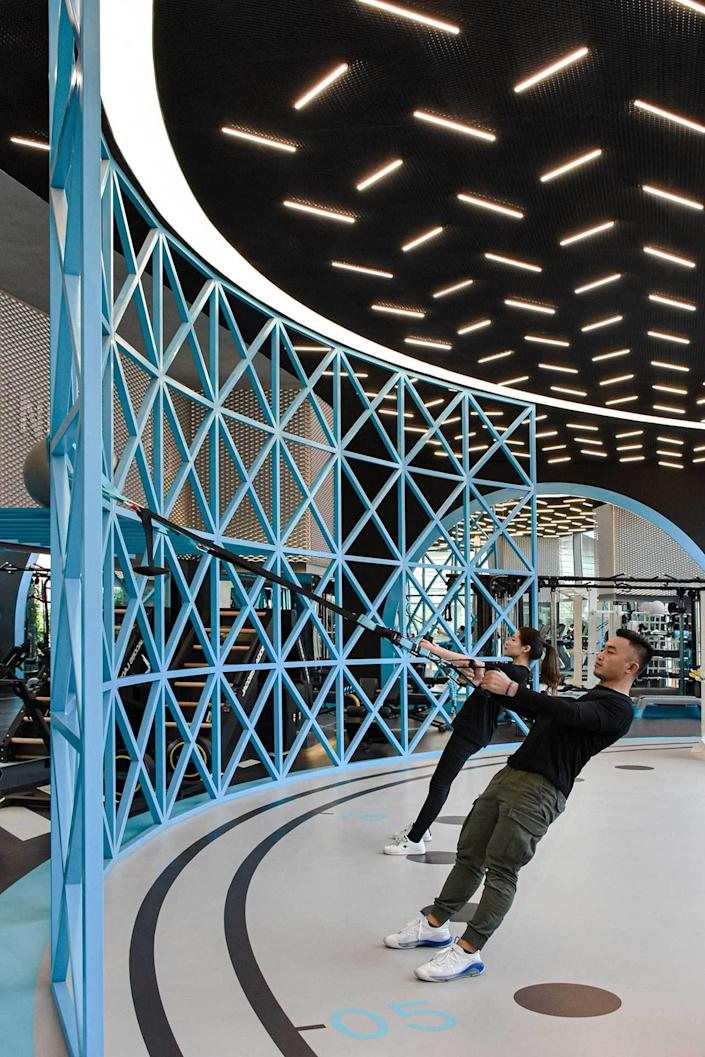 This blue lattice training wall not only boosts MFIT SPACE 01's modern aesthetic, it also provides the perfect support for exercise.