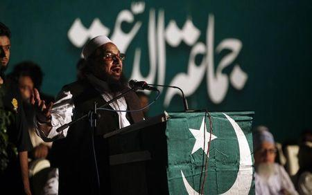 Hafiz Saeed, head of the Jamaat-ud-Dawa organisation and founder of Lashkar-e-Taiba, gestures while addressing his supporters during a convention in Karachi May 25, 2014. REUTERS/Akhtar Soomro/Files