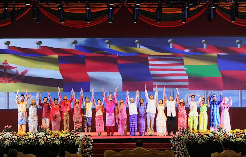 Myanmar performers take part in the opening ceremony of the 47th ASEAN Foreign Ministers' Meeting at the Myanmar International Convention Center (MICC) in Naypyidaw on August 8, 2014 (AFP Photo/Soe Than Win)