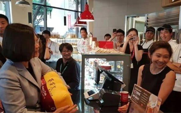 Excited staff greetTsai Ing-wen, the President of Taiwan, at a branch of 85C in Los Angeles - Tsai Shih-ying/Facebook