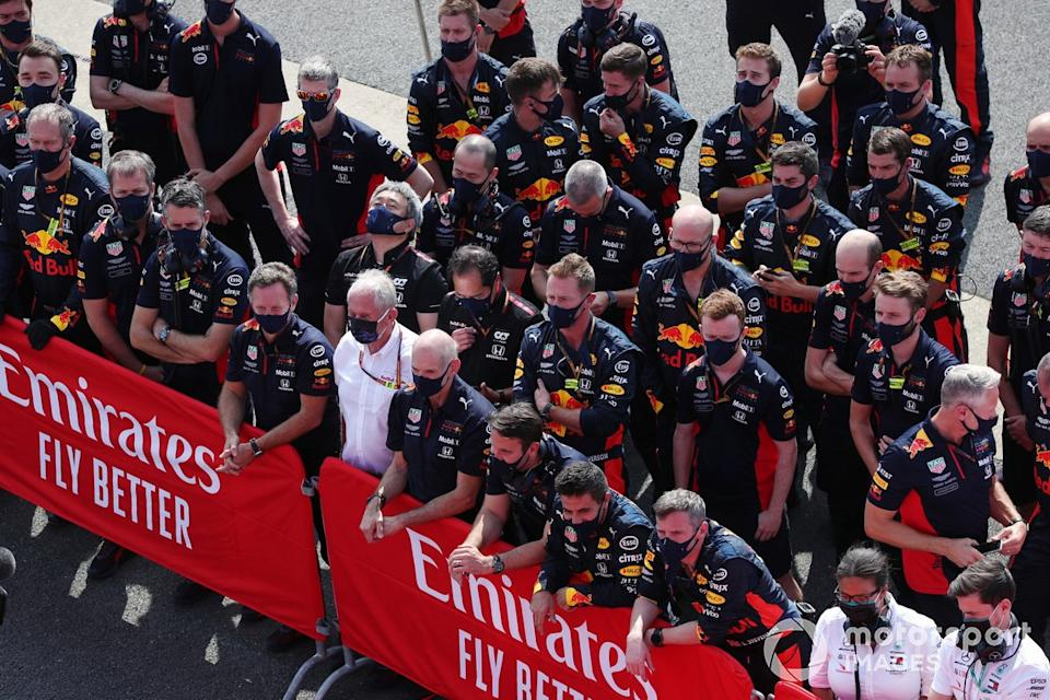 "Christian Horner, Director de Equipo, Red Bull Racing, Helmut Marko, Consultor, Red Bull Racing, Adrian Newey, Director Técnico, Red Bull Racing, y el equipo Red Bull<span class=""copyright"">Charles Coates / Motorsport Images</span>"