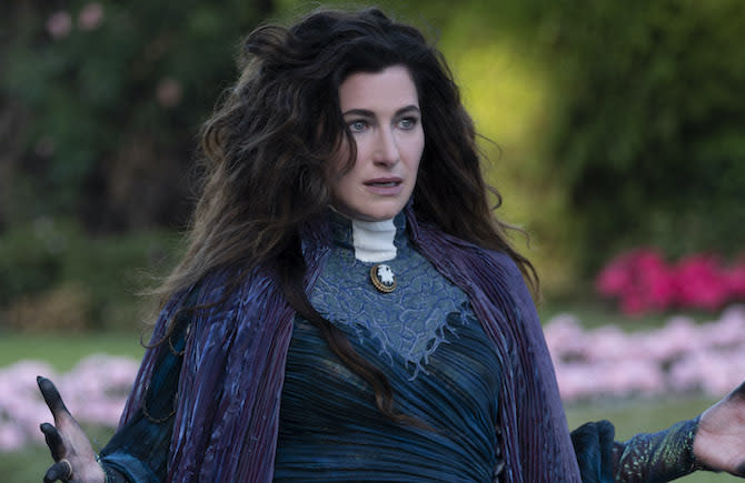 Kathryn Hahn como Agatha Harkness en WANDAVISION (Ph. Suzanne Tenner. ©Marvel Studios 2021. All Rights Reserved)