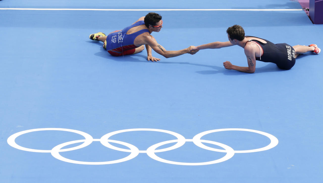 First placed Britain's Alistair Brownlee (R) shakes hands with second placed Spain's Javier Gomez after the men's triathlon final during the London 2012 Olympic Games at Hyde Park August 7, 2012.              REUTERS/Tim Wimborne (BRITAIN  - Tags: OLYMPICS SPORT TRIATHLON TPX IMAGES OF THE DAY)