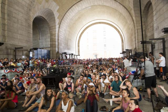 U.S. soccer fans watch the team's 2014 World Cup Group G soccer match against Germany at a viewing party under the Manhattan Bridge in New York June 26, 2014. REUTERS/Lucas Jackson (UNITED STATES - Tags: SPORT SOCCER WORLD CUP)