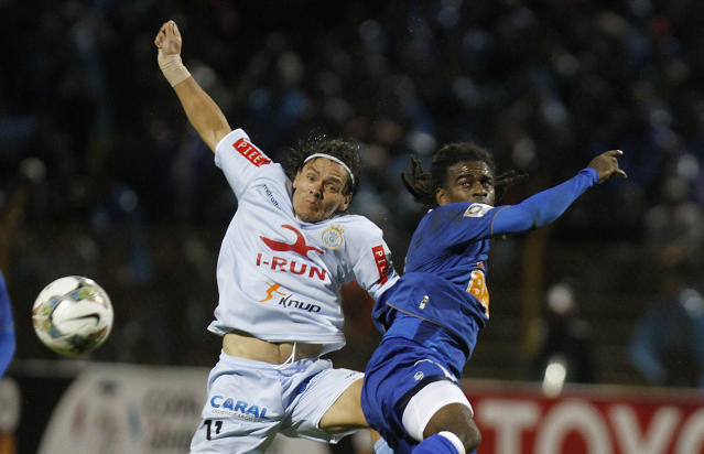 Tinga of Brazil's Cruzeiro, right, fights for the ball with Ramon Rodriguez of Peru's Real Garcilazo during a Copa Libertadores soccer match in Huancayo, Peru, Wednesday, Feb. 12, 2014. (AP Photo/Karel Navarro)