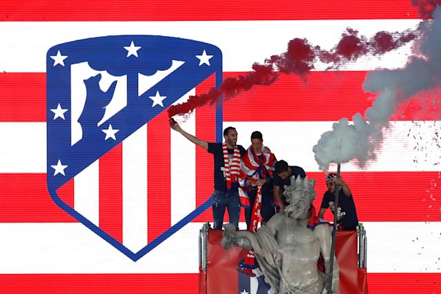 Soccer Football - Atletico Madrid Celebrate Winning The Europa League - Neptuno Square, Madrid, Spain - May 18, 2018 Atletico Madrid's Diego Godin celebrates with Fernando Torres and team mates on top of a statue during the celebrations REUTERS/Juan Medina