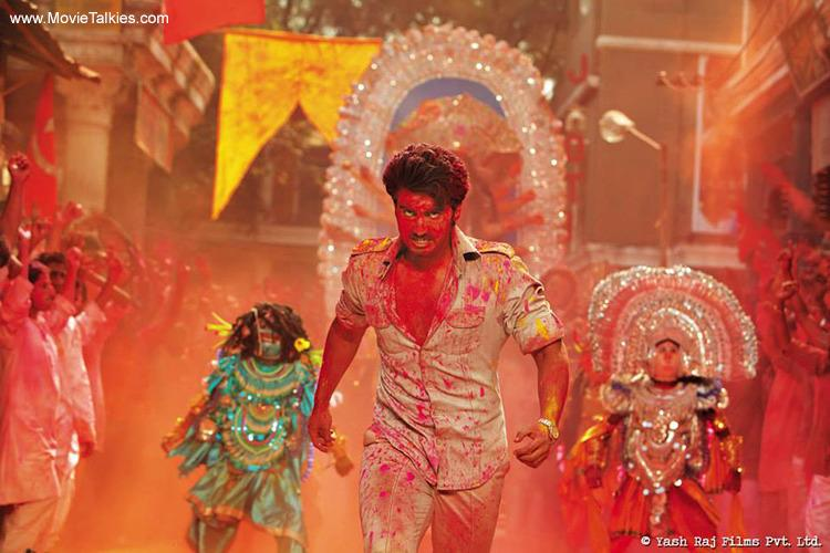 <p>Earlier known for his chubby look, Arjun Kapoor grabbed eyeballs with his rugged body in <i>Gunday.</i> The actor apparently trained for 16 weeks and went on a rigid diet to attain that physique. The actor's workout consisted of cardio, weights, squats and pull-ups and voila Arjun got a fit and fabulous physique. </p>
