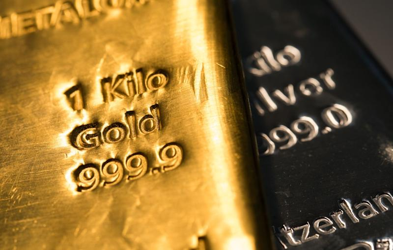 Gold Pares Weekly Gain After Rally to Record, Silver Retreats