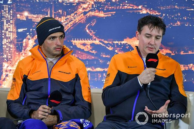 "Carlos Sainz Jr., McLaren, y James Key, Director Técnico de McLaren en la conferencia de prensa <span class=""copyright"">Mark Sutton / Motorsport Images</span>"