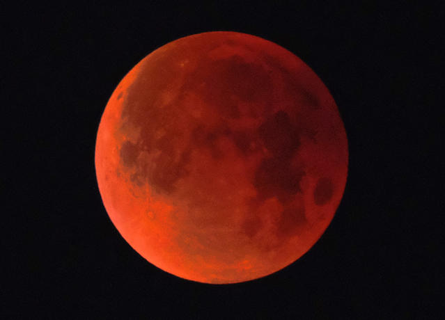 <p>A super blue blood moon is seen over Los Angeles on Wednesday Jan. 31, 2018. (Photo: Richard Vogel/AP) </p>