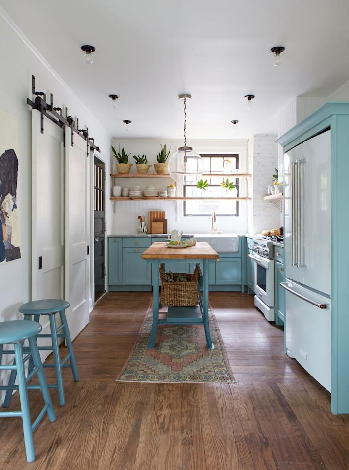"<p>Farmhouse kitchens evoke images of rustic <a href=""https://www.housebeautiful.com/room-decorating/kitchens/"" target=""_blank"">materials</a> and charming, retro appliances, but the best ones blend that laid back, <a href=""https://www.housebeautiful.com/room-decorating/kitchens/g758/french-country-kitchen/"" target=""_blank"">country</a> mood with modern sensibilities. And while <a href=""https://www.housebeautiful.com/room-decorating/kitchens/g22549092/modern-kitchen-ideas/"" target=""_blank"">modern</a> design and <a href=""https://www.housebeautiful.com/design-inspiration/a29729240/modern-farmhouse-trend-dead/"" target=""_blank"">farmhouse</a> style may seem mutually exclusive, we promise they are not. Keep reading for tons of modern farmhouse kitchen <a href=""https://www.housebeautiful.com/home-remodeling/interior-designers/g29074821/zellige-tile-ideas/"" target=""_blank"">ideas</a> and inspiration (and to witness the magic that happens when design opposites attract). </p>"