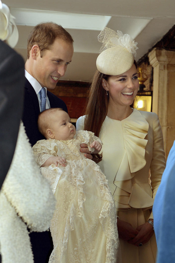 British Prince William carries his son Prince George as he arrives with his wife Catherine, Duchess of Cambridge for their son's christening at St James's Palace in London on October 23, 2013. REUTERS / John Stillwell / pool ( BRITTANY - Tags: ROYALS ENTERTAINMENT SOCIETY)