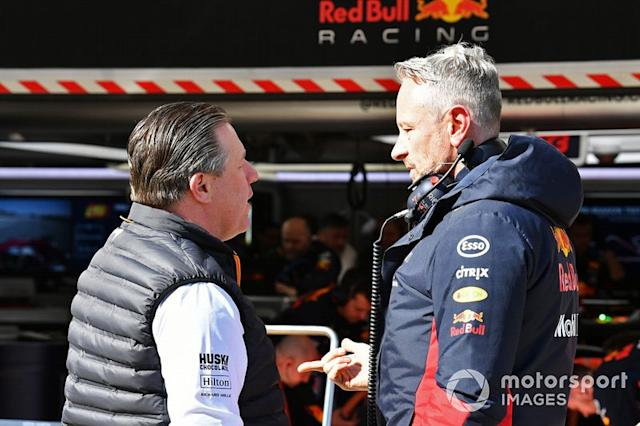 "Zak Brown, Director Ejecutivo de McLaren, habla con Jonathan Wheatley, Director de Equipo de Red Bull Racing. <span class=""copyright"">Mark Sutton / Motorsport Images</span>"