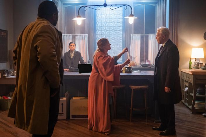 """Two detectives (Brian Tyree Henry and Jeanine Serralles) look on as Amy Adams' Anna argues with her neighbor (Gary Oldman)<span class=""""copyright"""">Melinda Sue Gordon / Netflix Inc.—© 2021 Netflix Inc.</span>"""