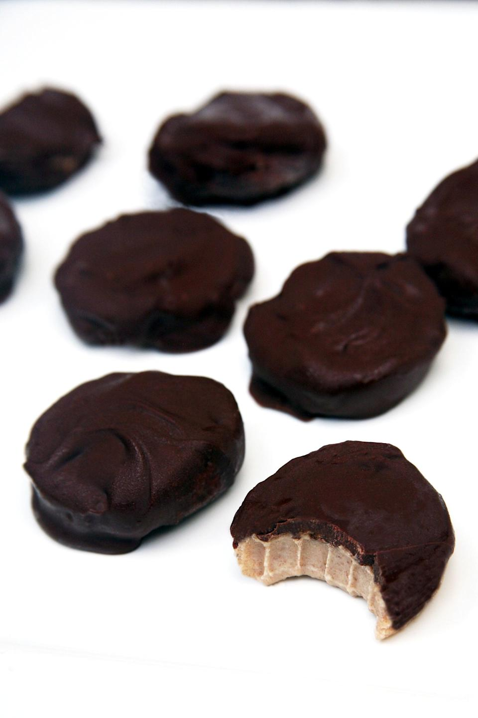 """<p>If you've never made homemade chocolates in your life, this recipe is a perfect one to start with. Each Peppermint Pattie is the perfect marriage between chocolate and mint, and these taste better because of the creamy, melt-in-your-mouth cashew filling.</p> <p><strong>Get the recipe:</strong> <a href=""""https://www.popsugar.com/fitness/Vegan-Peppermint-Patties-42588113"""" class=""""link rapid-noclick-resp"""" rel=""""nofollow noopener"""" target=""""_blank"""" data-ylk=""""slk:vegan Peppermint Patties"""">vegan Peppermint Patties</a></p>"""