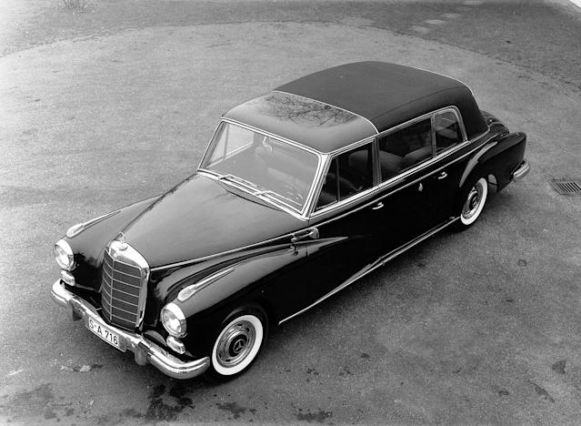 Landaulet with long wheelbase: For the popemobile, the Mercedes-Benz 300 d was given a 450-millimeter longer wheelbase.