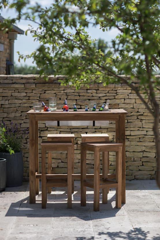 <p>You can't have a party without plenty of cold drinks, so have a think about how you can make refreshments accessible. We LOVE this bar, with an inset drinks trough that can be filled with bottles and ice!</p>  Credits: homify / Garden Trading