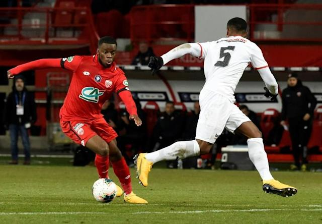 English forward Stephy Mavididi (L) in the red of Dijon, where he is on loan this season from Juventus (AFP Photo/JEAN-PHILIPPE KSIAZEK)