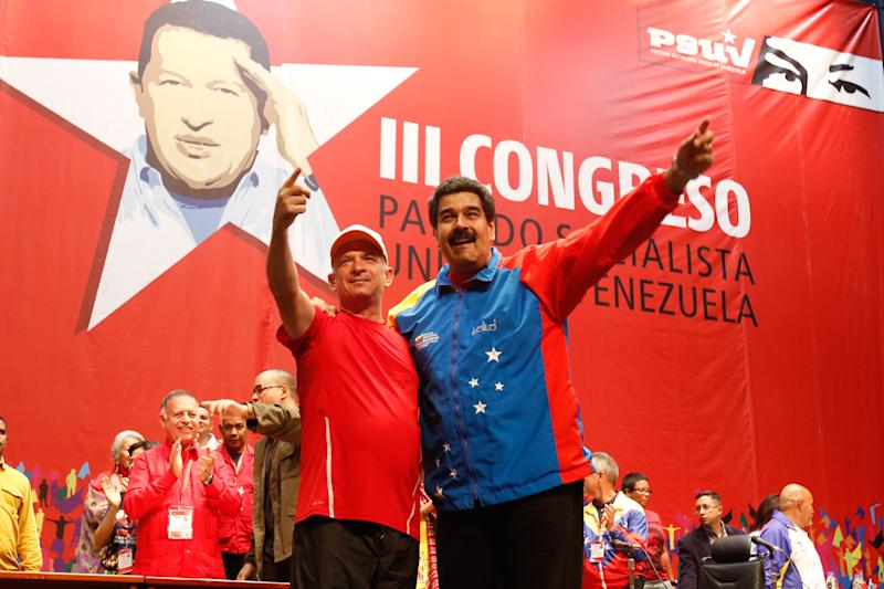 A picture released by the Venezuelan Presidential Press Office shows President Nicolas Maduro (R) and retired Major General Hugo Carvajal in Caracas on July 27, 2014 (AFP Photo/)
