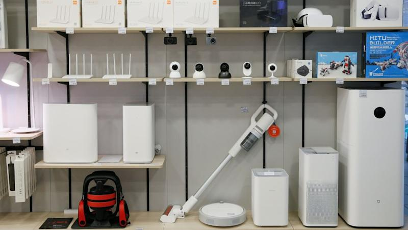 Different electronic devices are seen on the shelves at the Xiaomi store in central Kiev, Ukraine August 7, 2018. REUTERS/Valentyn Ogirenko - RC177BBE37F0