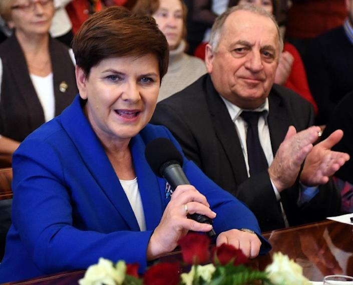Poland's main opposition Law and Justice party (PiS) candidate for the prime minister's post, Beata Szydlo speaks to supporters during a campaign meeting in Warsaw on October 17, 2015 (AFP Photo/Janek Skarzynski)