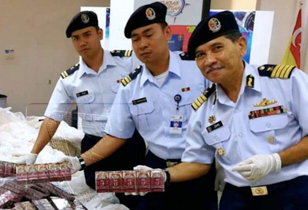 Selangor MMEA director Captain (M) Abu Zaki Mohammad (right) reported his agency had frustrated an attempt to smuggle 1.75 kg of marijuana into Klang ashore near Morib beach. — Bernama pic