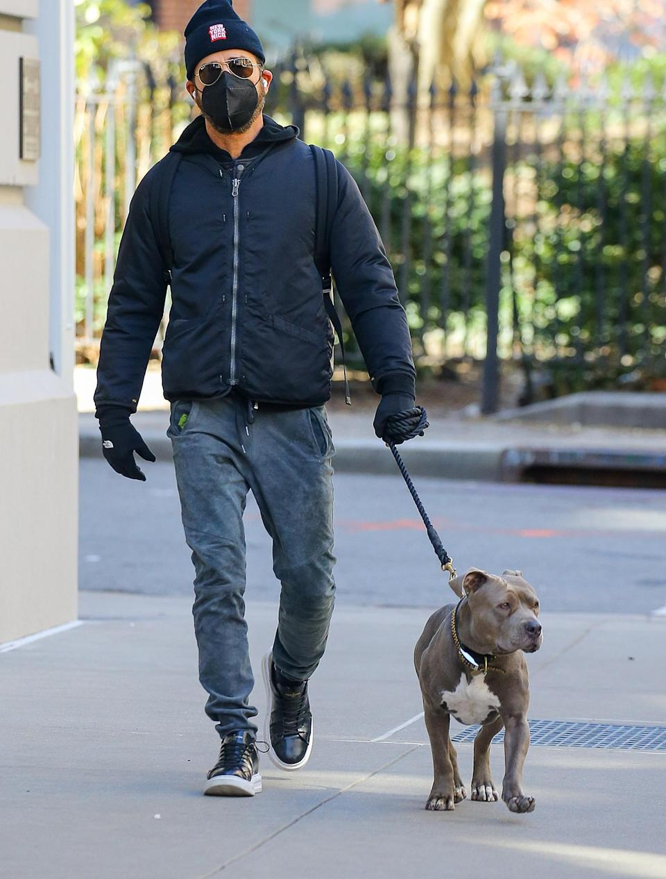<p>Justin Theroux takes his dog Kuma out for a walk on Monday in N.Y.C.</p>