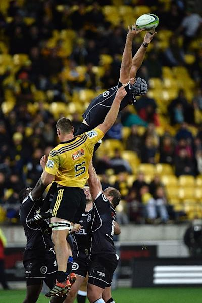 Sharks' captain Marco Wentzel (top) takes the line out ball with Hurricanes' lock James Broardhurst during the Super 15 Rugby Union match in Wellington on May 9, 2015 (AFP Photo/Marty Melville)