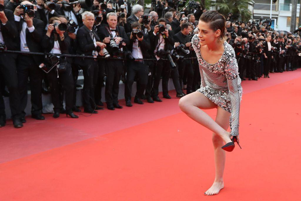 TOPSHOT - US actress and member of the Feature Film Jury Kristen Stewart removes her shoes on the red carpet as she arrives on May 14, 2018 for the screening of the film