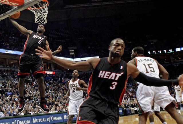 LeBron James與Dwyane Wade漂亮配合。(Wisconsin December 6, 2010. REUTERS/Darren Hauck (UNITED STATES - Tags: SPORT BASKETBALL IMAGES OF THE DAY))