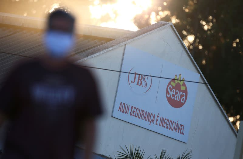 Brazil prosecutors call for JBS to suspend chicken plant for COVID-19 tests