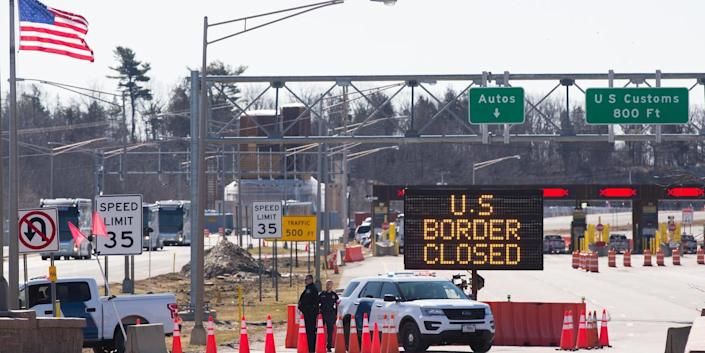 A sign saying that the US border is closed at the US/Canada border