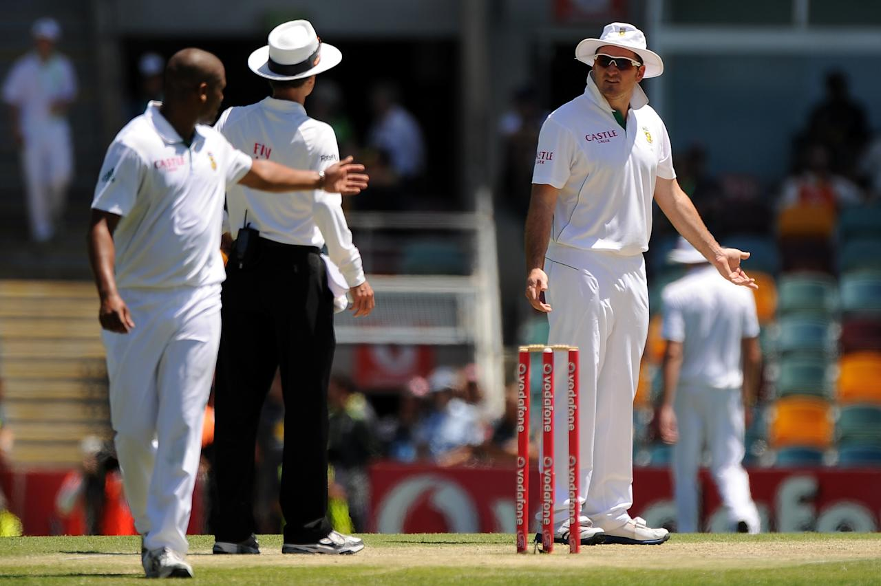 BRISBANE, AUSTRALIA - NOVEMBER 13:  Graeme Smith (R) of South Africa speaks with umpire Billy Bowdenduring day five of the First Test match between Australia and South Africa at The Gabba on November 13, 2012 in Brisbane, Australia.  (Photo by Matt Roberts/Getty Images)