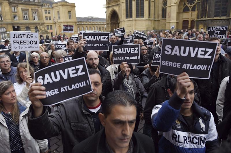 """Protesters hold signs reading """"Save Serge Atlaoui"""" on April 25, 2015 during a rally near the city hall in Metz, eastern France, in support of the French national on death row in Indonesia for drug trafficking (AFP Photo/Alexandre Marchi)"""