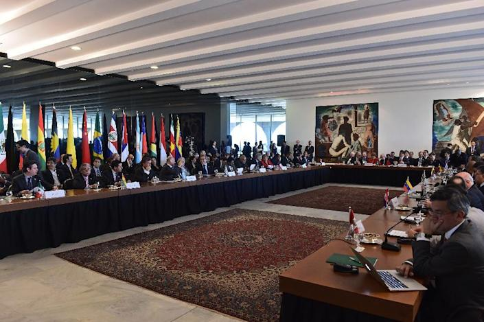 A meeting held by Chinese President Xi Jinping with Brazilian President Dilma Rousseff and other leaders of the CELAC group of Latin American and Caribbean states in Brasilia, on July 17, 2014 (AFP Photo/Nelson Almeida)