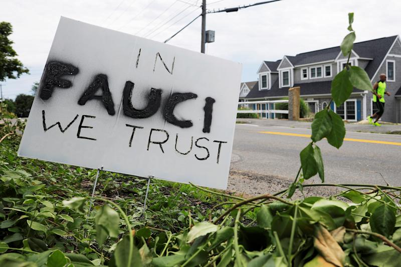 Un cartel expresa confianza en el Doctor Anthony Fauci frente a una casa en Rockport, Massachusetts. (Reuters)