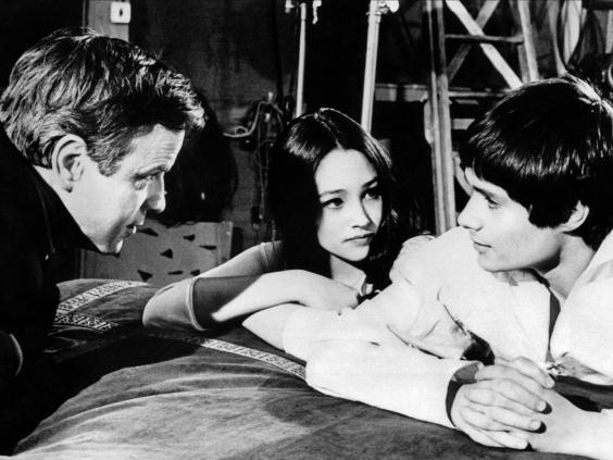 Zeffirelli with Olivia Hussey and Leonard Whiting on the set of his breakthrough film, 'Romeo and Juliet', 1968 (Alamy)