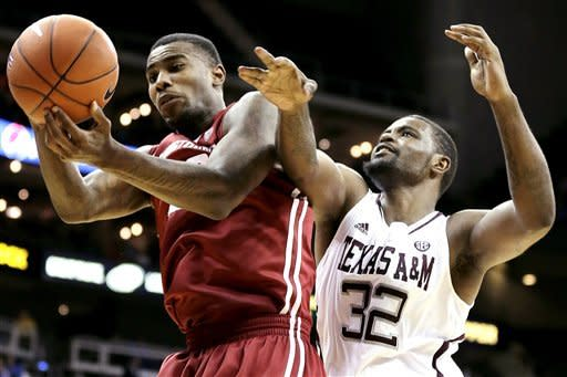 Washington State forward D.J. Shelton, left, and Texas A&M forward Kourtney Roberson (32) battle for a rebound during the first half of an NCAA college basketball game, Tuesday, Nov. 20, 2012, in Kansas City, Mo. (AP Photo/Charlie Riedel)
