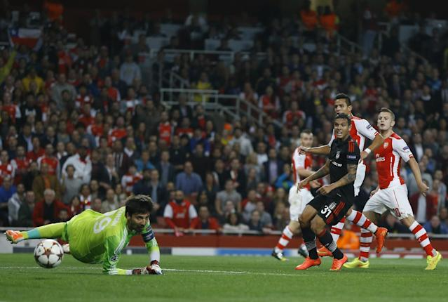 Arsenal's Alexis Sanchez, second right, scores a goal during a second leg Champions League qualifying soccer match between Arsenal and Besiktas at Emirates Stadium in London Wednesday, Aug. 27, 2014.(AP Photo/Kirsty Wigglesworth)