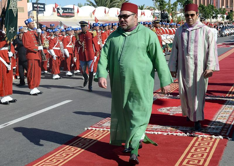 Morocco's King Mohammed VI (L) and his brother Prince Moulay Rachid arrive at ceremony in Laayoun on November 7, 2015 (AFP Photo/Fadel Senna)