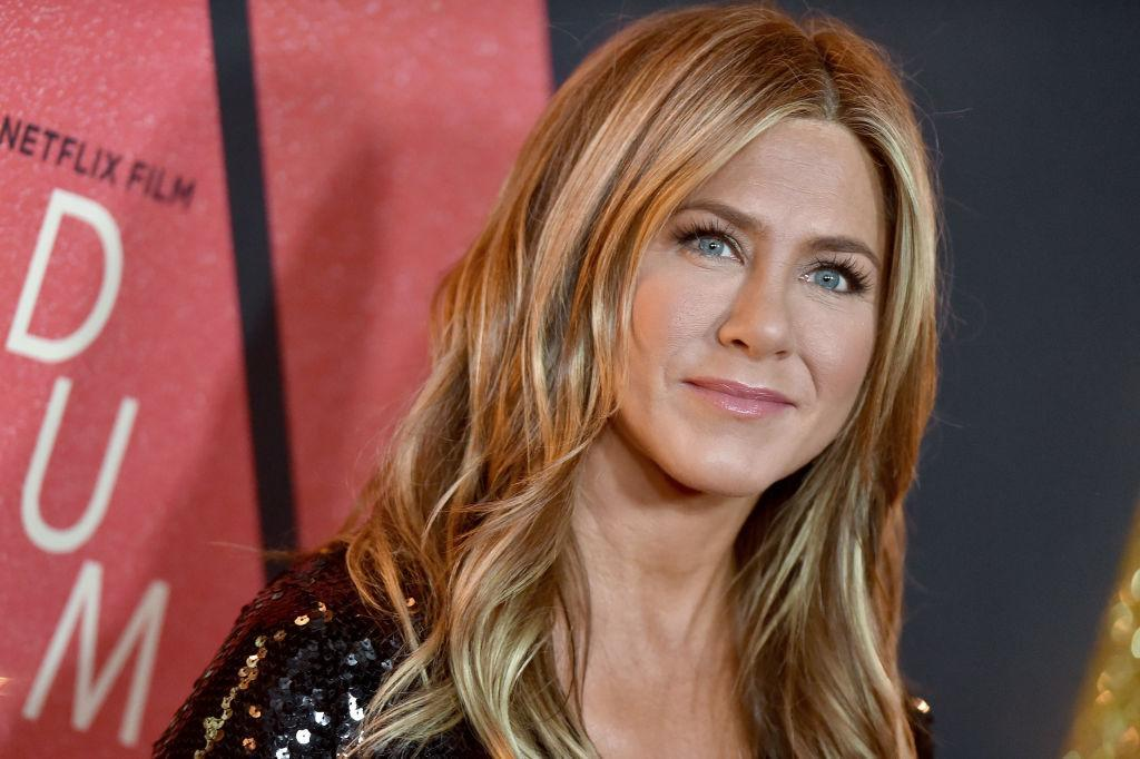 Jennifer Aniston's beachy waves are total hairspo, pictured in December 2018. (Getty Images)