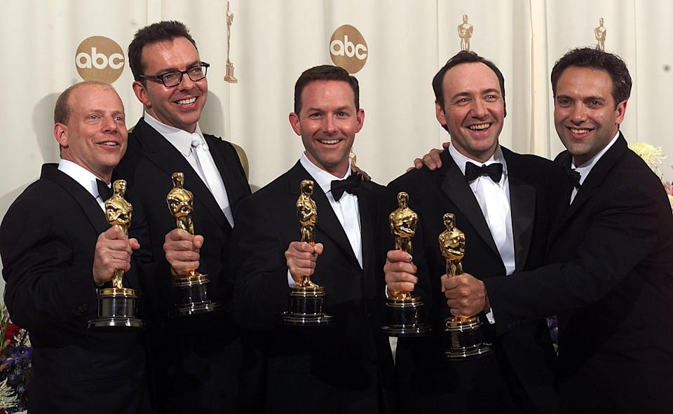 """LOS ANGELES, UNITED STATES:  (From L-R:) Producer Bruce Cohen, screenwriter Alan Ball, producer Dan Jinks, actor Kevin Spacey and director Sam Mendes pose with their Oscars at the 2nd Academy Awards for their work in the film """"American Beauty"""" 26 March 2000.     (ELECTRONIC IMAGE)  AFP PHOTO /Scott Nelson/gb (Photo credit should read Scott Nelson/AFP via Getty Images)"""
