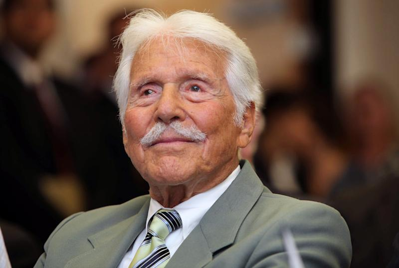 """FILE - Actor Efrem Zimbalist Jr, watches during a ceremony honoring him by the FBI at the Federal building in Los Angeles in this Monday, June 8, 2009 file photo. The 90-year-old, who starred in the TV show,`The FBI'' from 1965 to 1974, was honored for his historic contributions to the FBI. Zimbalist, the son of famous musicians who gained television stardom in the 1950s-60s hit """"77 Sunset Strip"""" and later """"The FBI,"""" died Friday at his ranch in Solvang, Calif., at age 95. (AP Photo/Nick Ut, File)"""